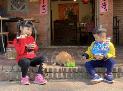 無車潮的喧鬧,孩子隨地而坐,而奔跑。